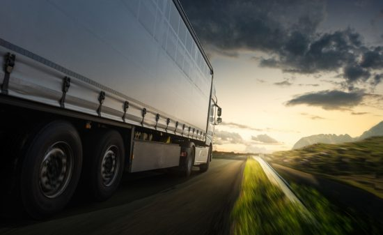 大型トラックの魅力とは。月給50万円も夢じゃないトラック運転手のメリット・デメリット